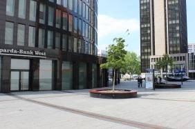 RWE Tower Dortmund mit der Skulptur Chip (rechts) | Bildrechte: nickneuwald